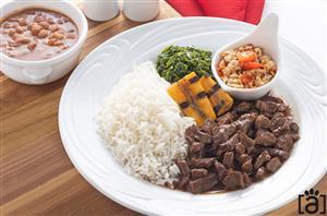 Picadinho de Carne com Arroz Branco, Feijão Carioca, Farofa de Pimenta Biquinho e Couve com Banana da Terra