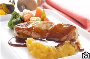 Filé de Pescada Amarela com Purê de Mandioquinha, Mix de Legumes no Vapor e Redução de Laranja